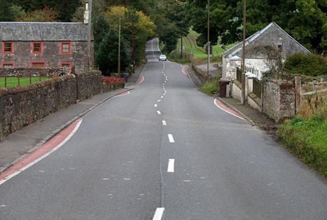 Droga A811 w Arnprior w Szkocji z krętym oznakowaniem poziomym. Zródło: Facebook.com/TheQueensEnglish
