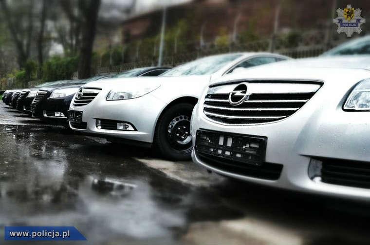 Nieoznakowane radiowozy policji z wideorejestratorami Opel Insignia
