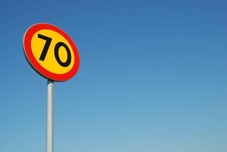 Znak drogowy, ograniczenie prędkości do 70 km/h