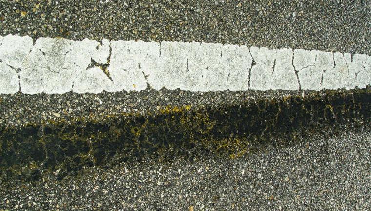 Oznakowanie poziome na drodze fot. rgbstock.com