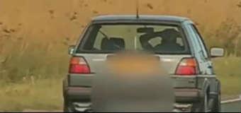 Kierowca jadący bez trzymania kierownicy źródło: Guardian