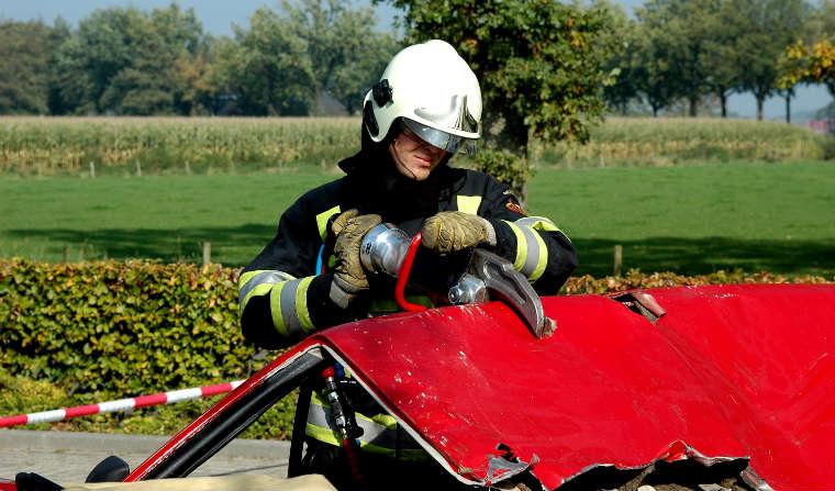 Strażak, akcja ratunkowa po wypadku. Fot. RGBstock