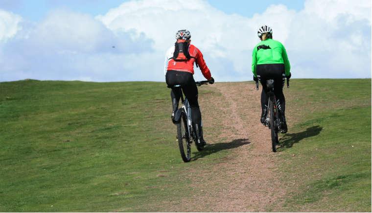 Rowerzyści w kaskach Fot. rgbsrock.com