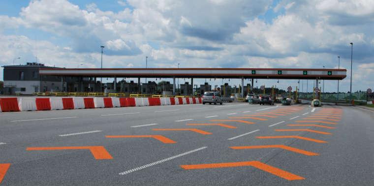 Bramki dla samochodów osobowych z viaTOLL - prowadzą do nich pomarańczowe znaki na jezdni. Fot. GDDKiA