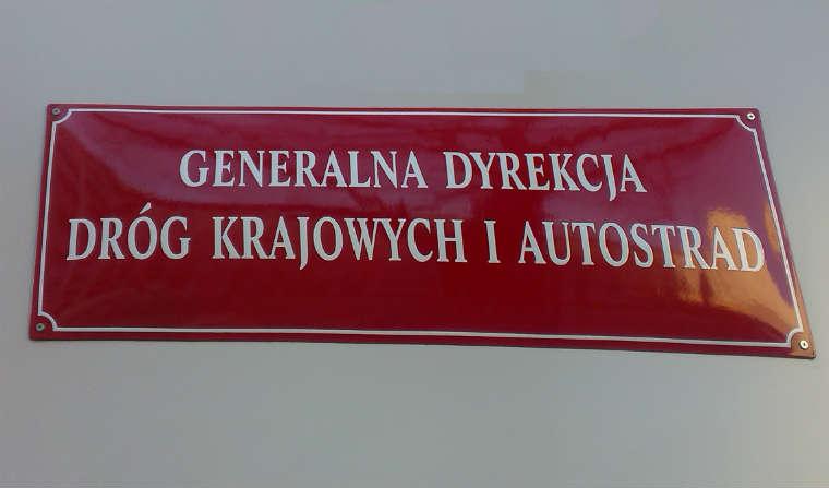 Generalna Dyrekcja Dróg Krajowych i Autostrad - tablica przed siedzibą w Warszawie. Fot. Łukasz Zboralski/brd24.pl