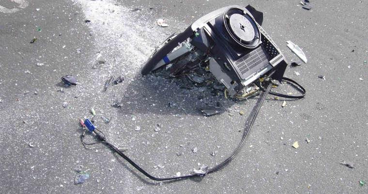 Zniszczony monitor komputerowy. Fot. rgbstock.com