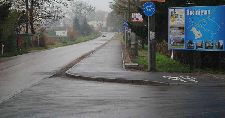 Nowa ścieżka rowerowa w Raciniewie (gm. Unisław) powstała tam, gdzie do tej pory był chodnik. Fot. Leonard Dolecki/brd24.pl