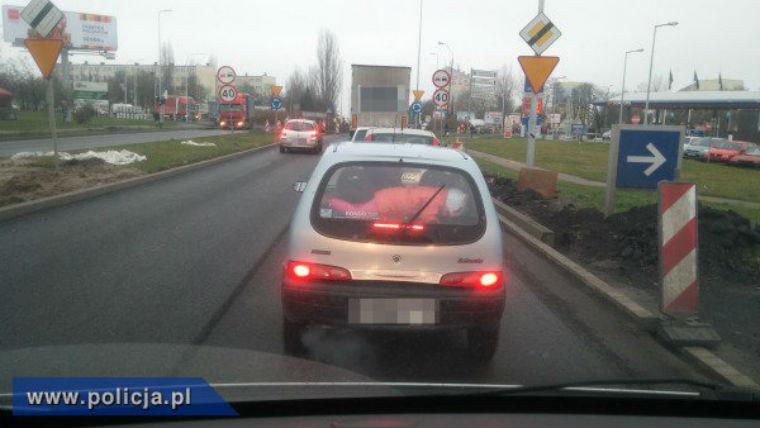 42-letnia kaliszanka wiozła dziecko na tylnej półce samochodu. Fot. policja.pl
