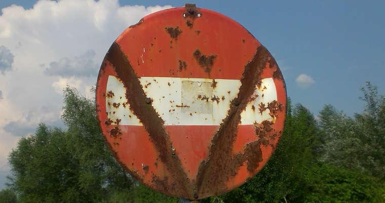 Zniszczony znak zakaz wjazdu B-2 Fot. Łukasz Zboralski/brd24.pl