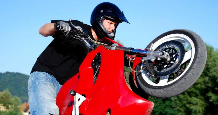 Motocyklista - stunt. Fot. rgbstock.com