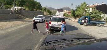 Dziecko wbiega pod samochód – niewiele brakowało