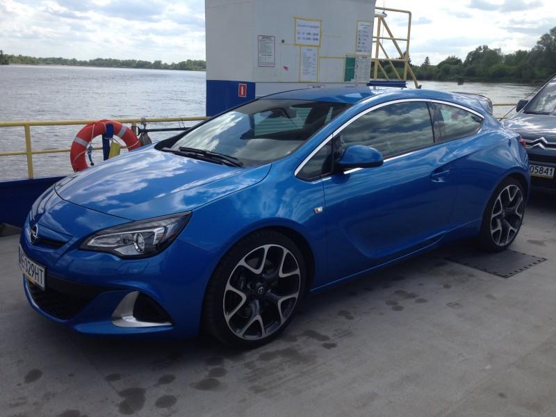 Opel Astra OPC przepływa Wisłę w Gassach, for. Wojciech Romański