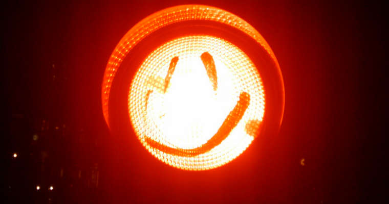 Czerwone światło sygnalizatora. Fot. Flickr