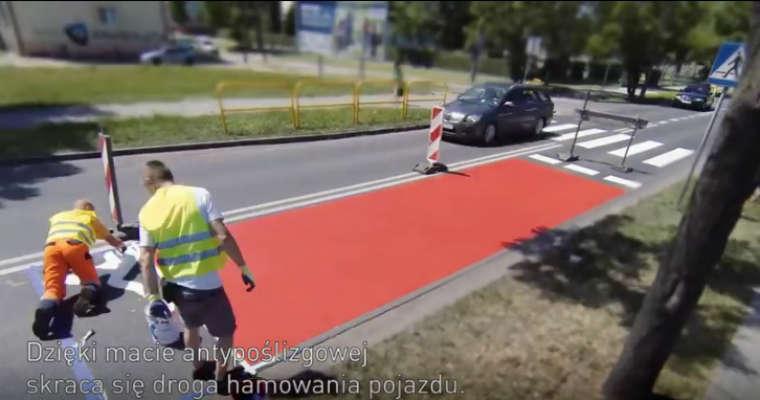 Aktywne przejścia dla pieszych, które funduje samorządom PZU. Fot. YouTube