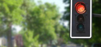 Liczniki na skrzyżowaniach. Kierowcy je uwielbiają i… to koniec ich zalet