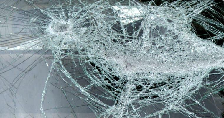 Zniszczona szyba samochodowa Fot. rgbstock.com