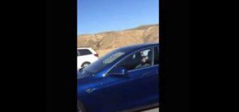 Kierowca zasnął, gdy jechał na autopilocie samochodem Tesla S