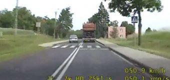 Film: wyprzedzał na przejściu, na ciągłej i na łuku. Stracił prawo jazdy