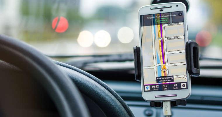 Samochód i nawigacja w telefonie. Fot. CC0