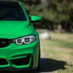 Samochód BMW z włączonymi światłami do jazdy dziennej. Fot. CC0 Public Domain