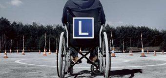 Wózkiem inwalidzkim na placu manewrowym. Kampania dla przyszłych kierowców