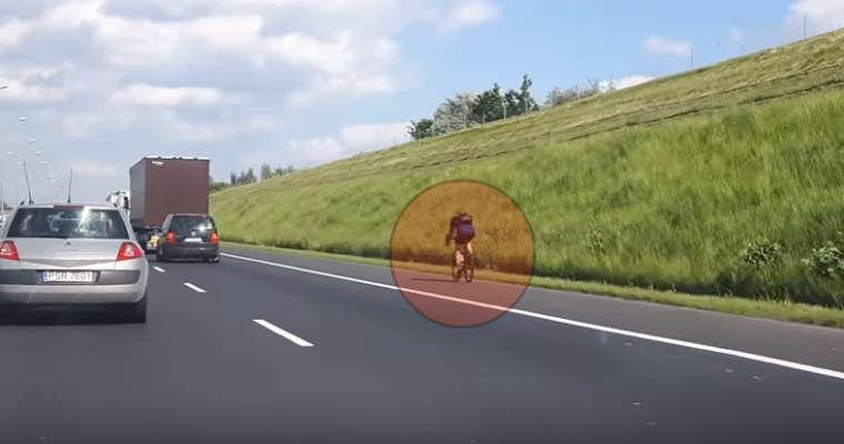 Rowerzysta na autostradzie A2. Źródło: YouTube
