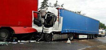 A4. Zderzenie dwóch ciężarówek i auta osobowego