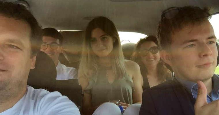 Poseł Jacek Wilk z Kukiz'15 zamieścił na Twitterze zdjęcie, na którym widać pasażerkę samochodu bez zapiętych pasów bezpieczeństwa. Źródło: Twitter