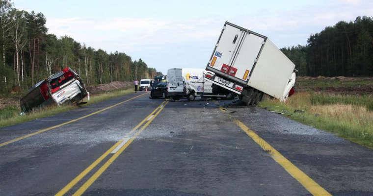 Wypadek w miejscowości Anielów zakwalifikowano jako katastrofę w ruchu lądowym. Fot. Policja