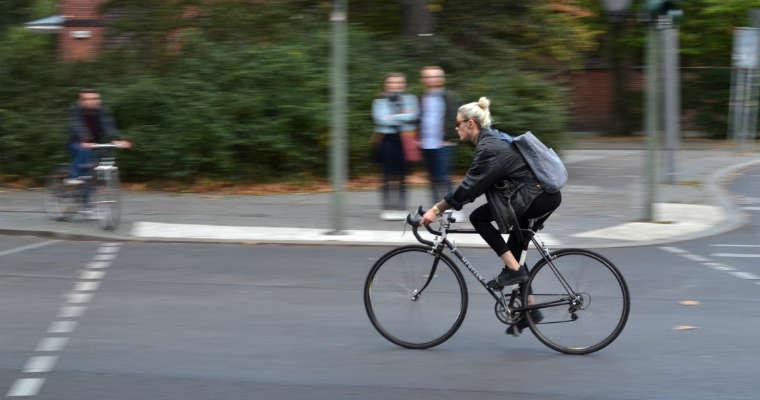 Rowerzystka bez kasku. Fot. CC0