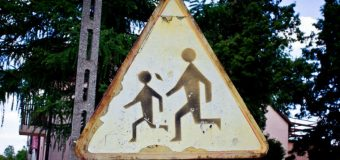 Drogowa masakra przy szkołach. Dzieci narażone na niebezpieczeństwa