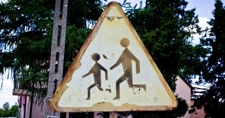 Zniszczony znak A-17 (uwaga dzieci). Fot. CC0