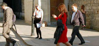 Kobiety znacznie bardziej ryzykują chodząc ze smartfonem po przejściach dla pieszych
