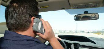 Nie prowadzisz z telefonem przy uchu? Co z tego, rozmowa przez zestaw głośnomówiący jest tak samo niebezpieczna
