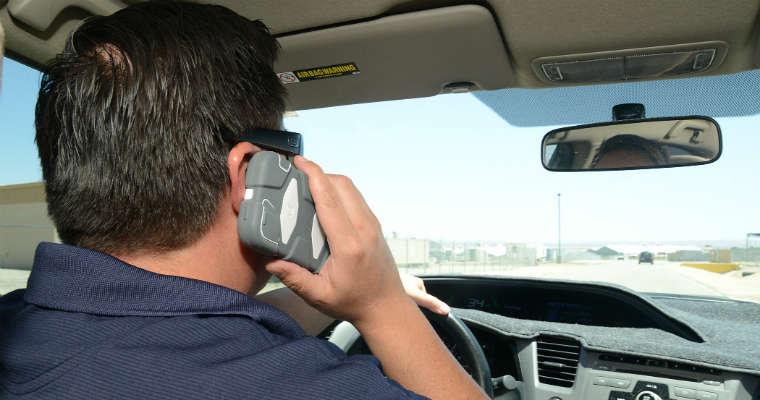 Jazda z telefonem w ręku jest tak samo niebezpieczna jak rozmawianie przez zestaw głośnomówiący. Reakcje kierowcy są wolniejsze o 40 proc. Fot. CC0