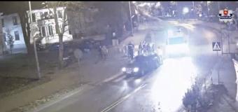 WIDEO: 17-latka po kłótni z chłopakiem wbiegła wprost pod samochód