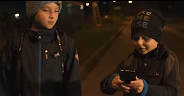 """Kadr ze spotu kampanii """"Noś odblaski! Daj się zobaczyć! Nie daj się zabić!"""" przygotowanej przez Komendę Miejską Policji w Białym-Stoku i portal Bielskiedrogi.pl. Reżyseria i wykonanie Adam Ajlović. Źródło: YouTube"""