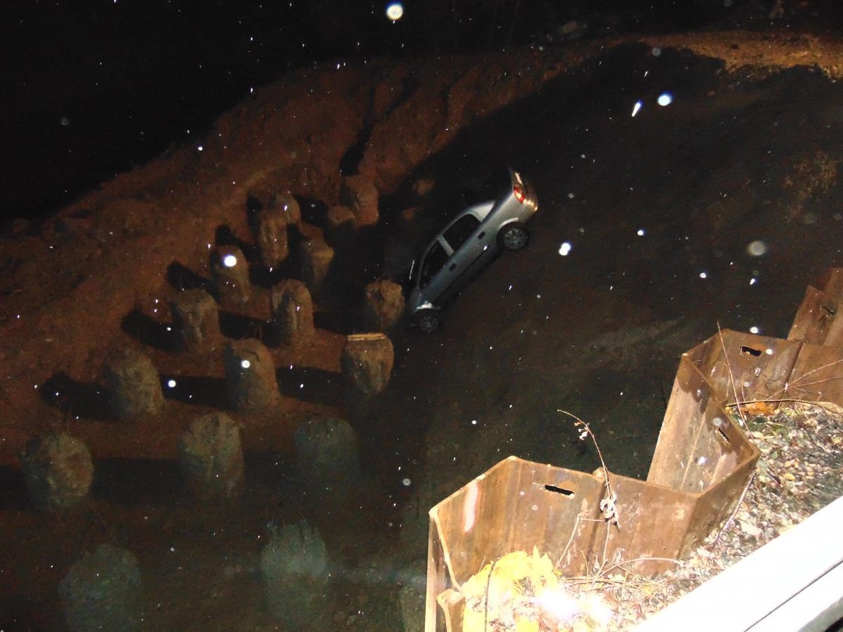Kobieta wjechała samochodem do rzeki w Brzesku. Fot. KWP Kraków