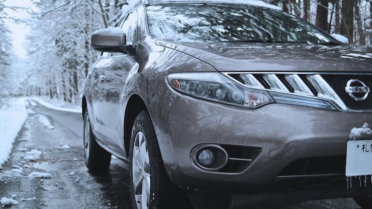 SUV zimą na drodze. Fot. MIKI Yoshihito/CC BY 2.0