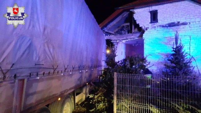 Ciężarówka wjechała w dom w Dorohuczy. Fot. Policja