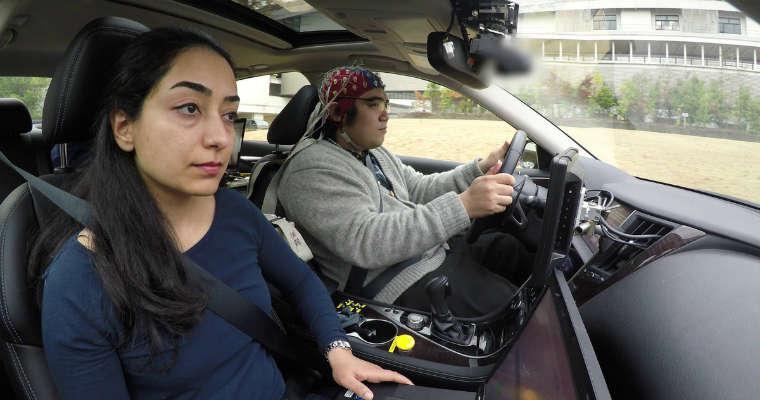 Kierowcy, na których badania prowadzi Nissan za kierownicę siadają w specjalnych czepkach wyposażonych w elektrody. Fot. newsroom.nissan-global.com