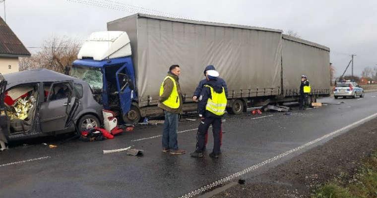 Stanisławów. Dwie osoby zginęły w zderzeniu samochodu osobowego z ciężarówką. Fot. Policja