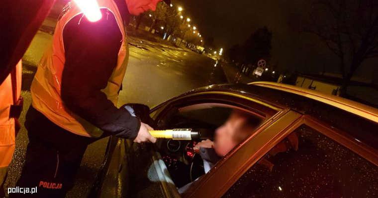 Policyjna kontrola alkomatem przesiewowym. Źródło: policja.pl