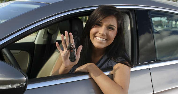 17 letni kierowcy są bardziej ostrożni za kierownicą niż ich 18, 19 letni koledzy. Fot. State Farm/Flickr/CC BY 2.0