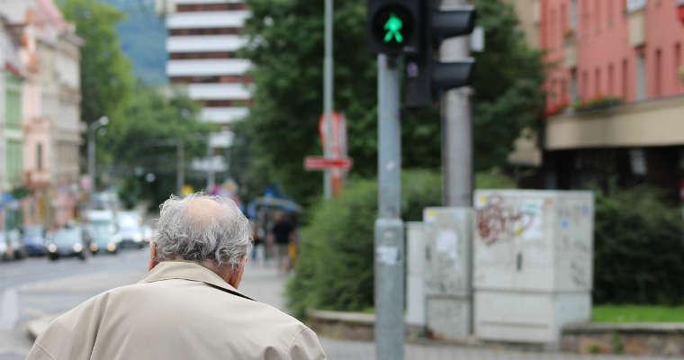 Ofiary śmiertelne wśród pieszych w Warszawie to głównie osoby w wieku 60 plus. Fot. CC0
