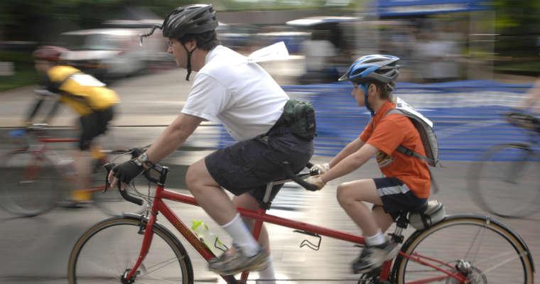 Jazda rowerem w kasku. Fot. cc0
