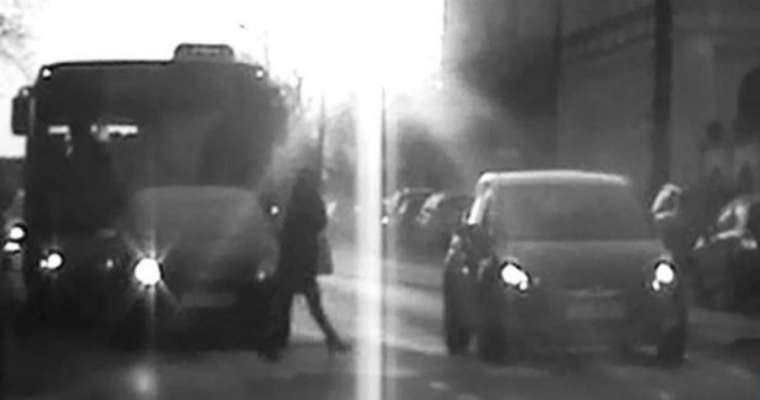 Kierowca stracił prawo jazdy w Kielcach za omijanie samochodów przed przejściem dla pieszych. Fot. Policja
