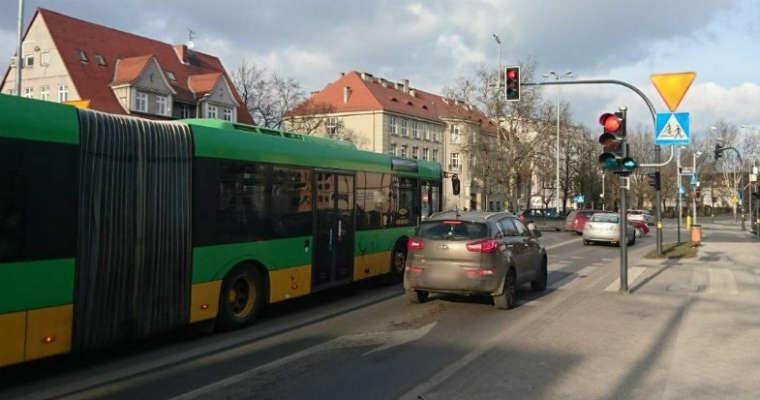 Sygnalizator S-2 do warunkowego skrętu w prawo na skrzyżowaniu w Poznaniu. Fot. Policja