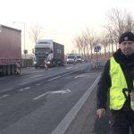 Policjanci z Lubina namawiają pieszych do zakładania odblasków, żeby byli widoczni na oznakowanych przejściach dla pieszych. Źródło: KPP Lubin