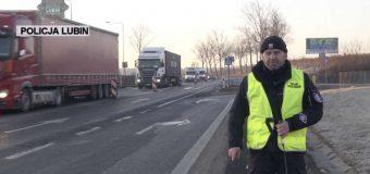 Policjanci po wypadku namawiają: przez przejścia dla pieszych lepiej przechodzić w kamizelce odblaskowej
